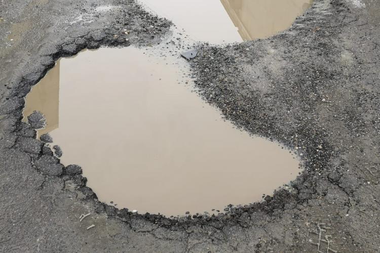 Consiliul Județean Cluj, acuzat că IGNORĂ starea drumurilor din incinta fostei fabrici Clujana