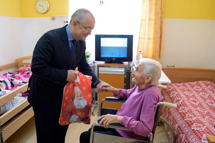 Boc a împărțit cadouri bătrânilor de la Centrul de îngrijire Cluj FOTO