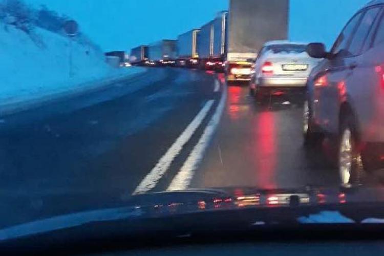 Neatenția la volan costă! Traficul blocat pe un drum din Cluj din cauza unui accident FOTO