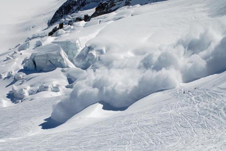 ATENȚIE unde mergeți la munte! Risc de avalanșe în mai multe masive