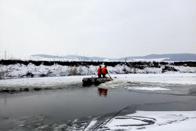CLUJ: Operațiune de salvare a unui câine prins într-un râu înghețat VIDEO