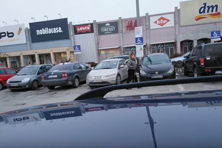 Le-a filmat la Vivo Cluj, parcând pe locul pentru cei cu handicap! Replica e de VIS - VIDEO