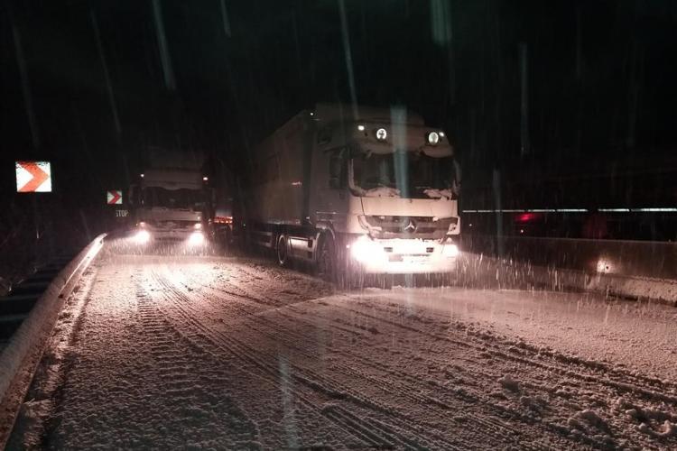 Drum blocat la Dumbrava, pe DN1E60. TIR -urile blocate în trafic, iar drumarii repetenți - FOT