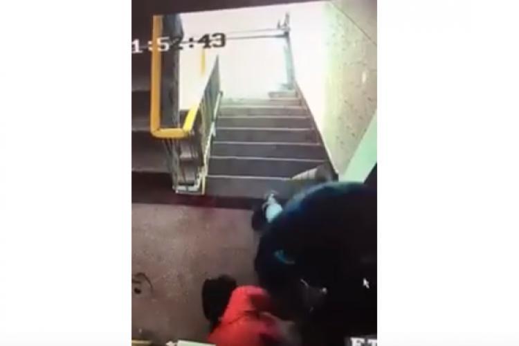 VIDEO ȘOCANT! Un bătrân a fost bătut cu bestialitate de un recidivist în scara blocului