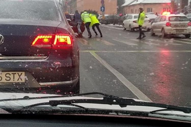 Poliția împinge o mașină defectă în dreptul Bisericii Sf. Petru - FOTO ZILEI