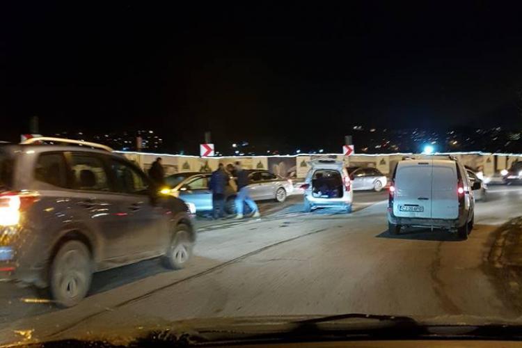 """Mai multe mașini s-au """"zdrobit"""" în dreptul LIDL, pe Frunzișului  - FOTO"""