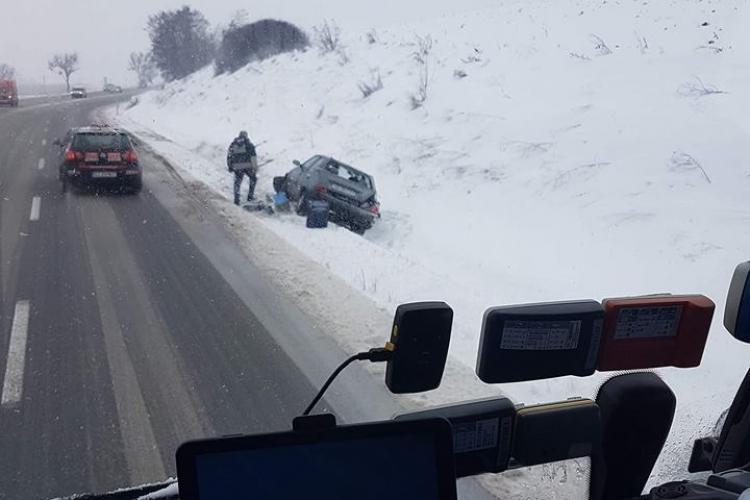 Zăpada le dă bătăi de cap șoferilor clujeni. Mașini ieșite de pe carosabil în tot județul FOTO