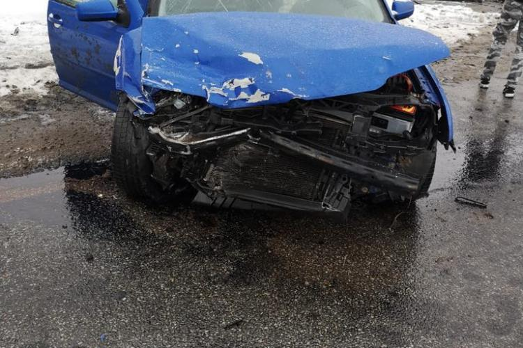 Accident cu trei mașini, la Dej. Două persoane au fost rănite FOTO