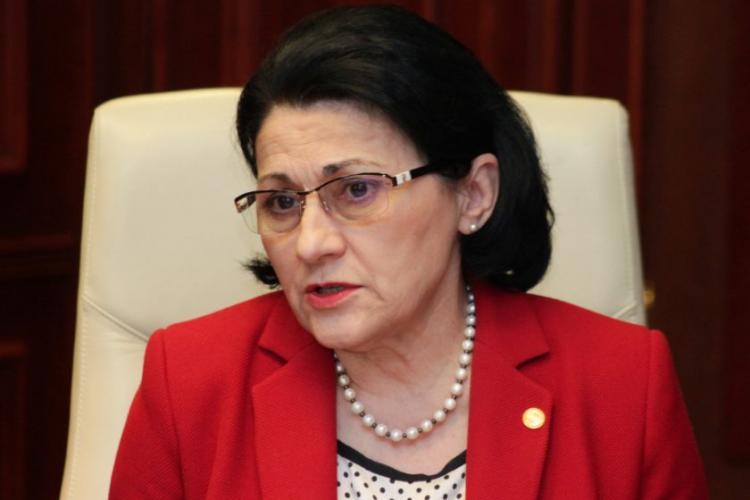 Ecaterina Andronescu vrea să le scurteze vacanţa elevilor pentru că devin LENEȘI