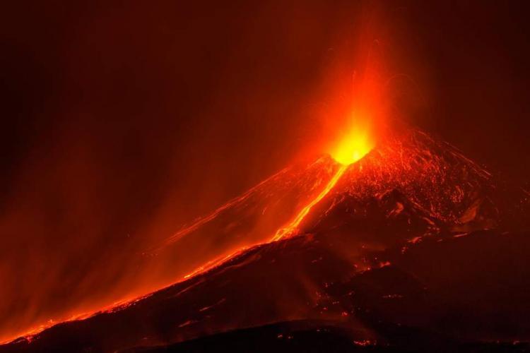 Muntele Etna a erupt! Un aeroport din Italia a fost închis