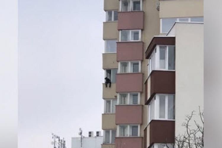 Cluj-Napoca: Tânăr ce părea drogat, atârna în afara balconului în Zorilor - VIDEO