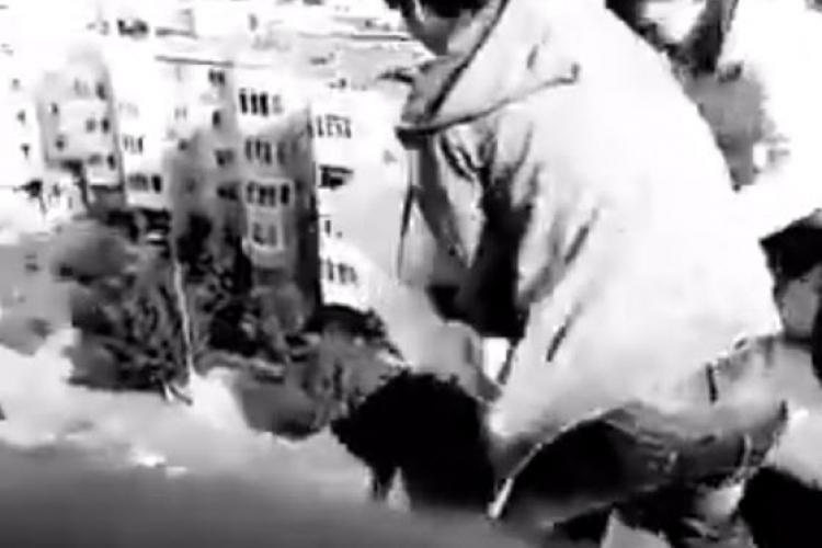 Distracție extremă la Cluj! L-au împins de pe bloc, spre panica trecătorilor - VIDEO