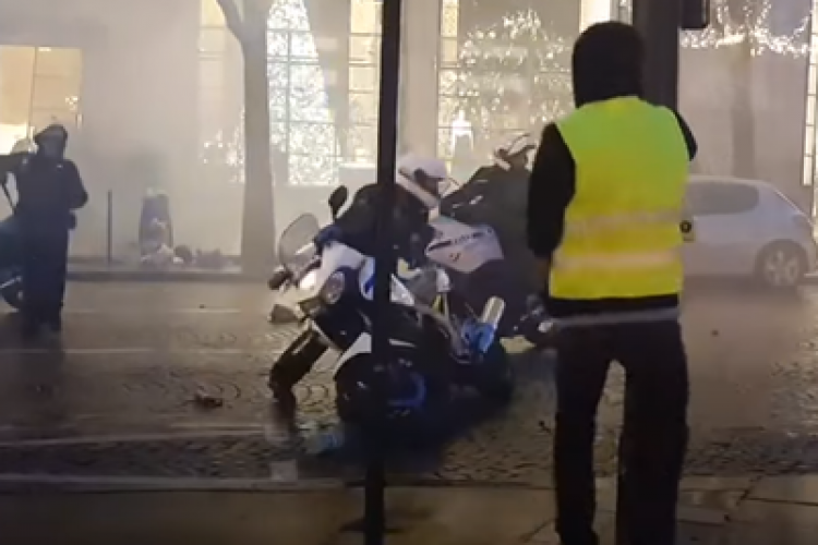 """Trei polițiști, aproape să fie linșați de """"vestele galbene"""" în Paris VIDEO"""