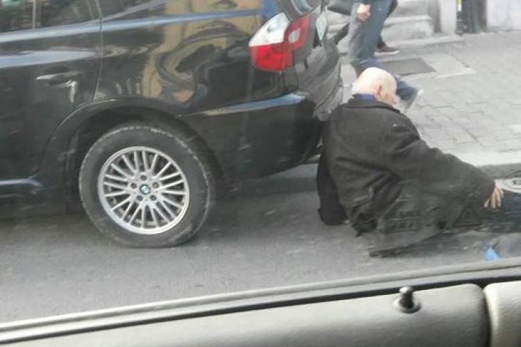 CLUJ: Bătrân lovit de mașină în timp ce traversa neregulamentar. Șoferul și-a distrus BMW-ul ca să îl evite FOTO