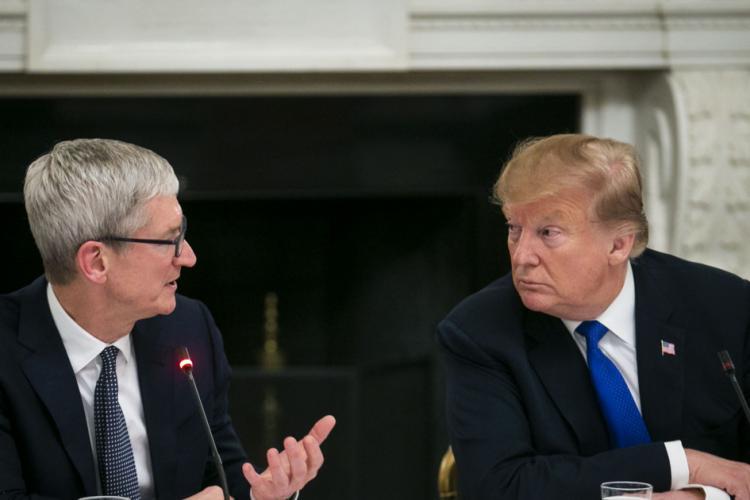 """""""Prietenul meu bun Tim Apple"""" a spus Donald Trump despre CEO-ul Apple, Tim Cook"""