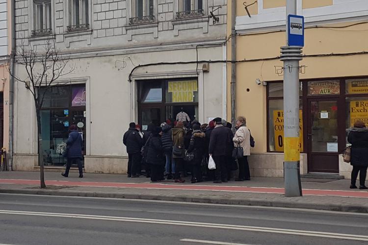 Acesta este Clujul? Oamenii fac coadă la second-hand - FOTO