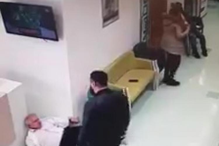Medic lovit la o clinică privată din România - VIDEO