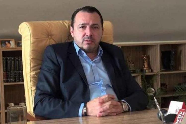 """Deputatul """"mitralieră"""" Rădulescu și-a remobilat biroul: """"Cea veche mirosea urât!"""""""