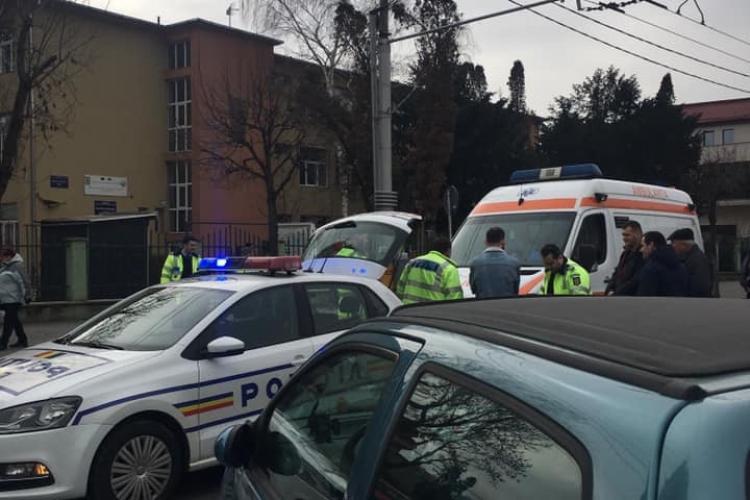 Un șofer neatent a intrat cu mașina într-un troleibuz în Mărăști. O femeie a fost rănită FOTO