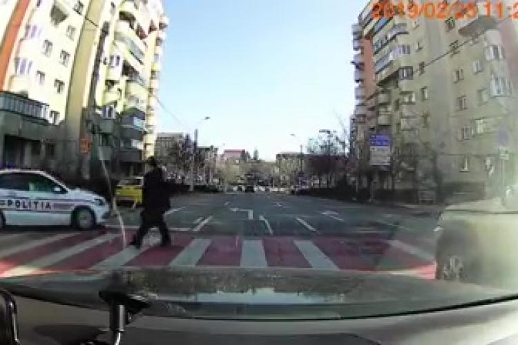 Șofer GRĂBIT lăsat pieton de polițiștii clujeni - VIDEO
