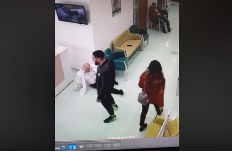 Medic agresat de un pacient recalcitrant pe holurile spitalului. L-a împins cu capul într-un birou VIDEO