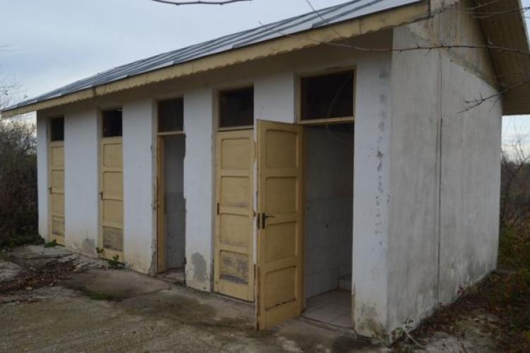 Câte şcoli din România au grupuri sanitare în curte