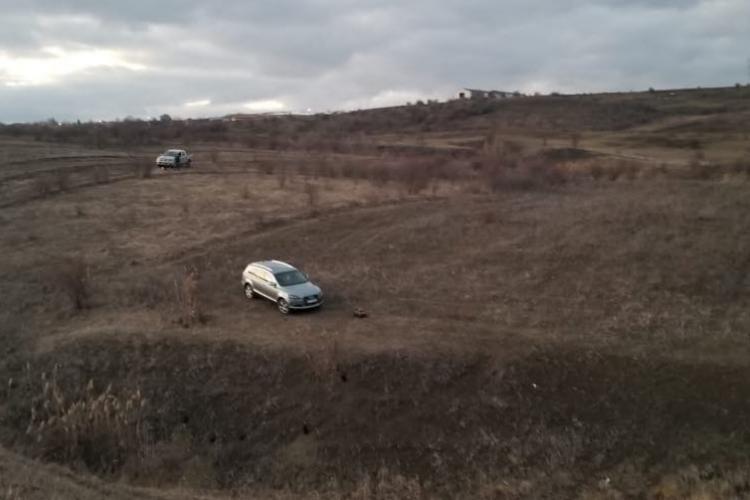 """Scenă scoasă din filmele de acțiune, la Cluj! Un hoț de mașini, prins de polițiști după ce l-au """"fugărit"""" în trafic prin mai multe localități FOTO/VIDEO"""