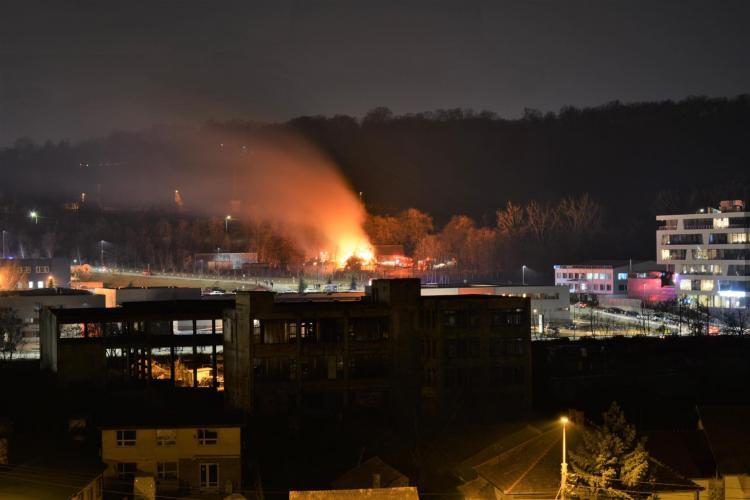 Incendiu pe Tăietura Turcului, la Muzeul Satului! Acoperișul unei grădinițe a luat foc - VIDEO