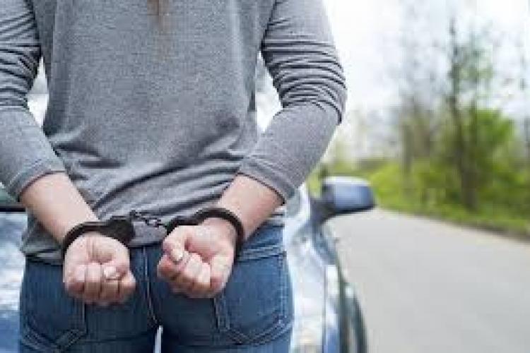 Hoață de 18 ani, reținută de polițiștii clujeni după ce a dat o spargere