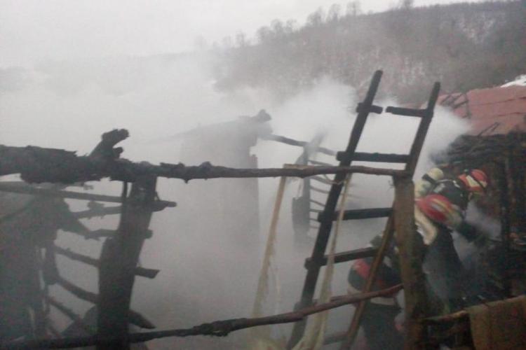 Incendiu pe strada Panait Cerna din Turda. Romii și-au dat foc la colibă, în urma unui scandal
