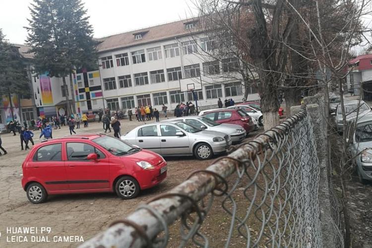 """Terenul de sport al Școlii """"Octavian Goga"""" din Cluj-Napoca a devenit parcare de mașini - FOTO"""