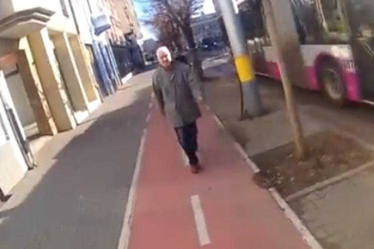 Nesimțire la Cluj! Un tânăr a fost agresat de un bărbat în timp ce mergea cu trotineta pe pista VIDEO