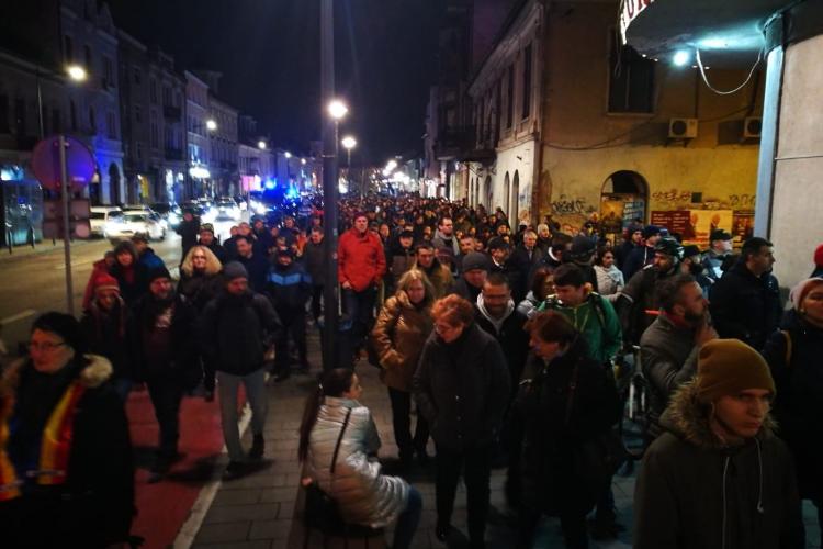 500 de clujeni au protestat. Oamenii au intonat imnul României acompaniați de o vioară - VIDEO