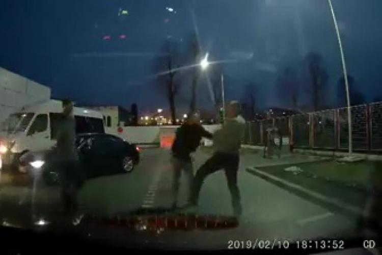 Cluj-Napoca - VIDEO: Doi șoferi PROȘTI s-au bătut în bezinăria Lukoil, de pe Calea Turzii