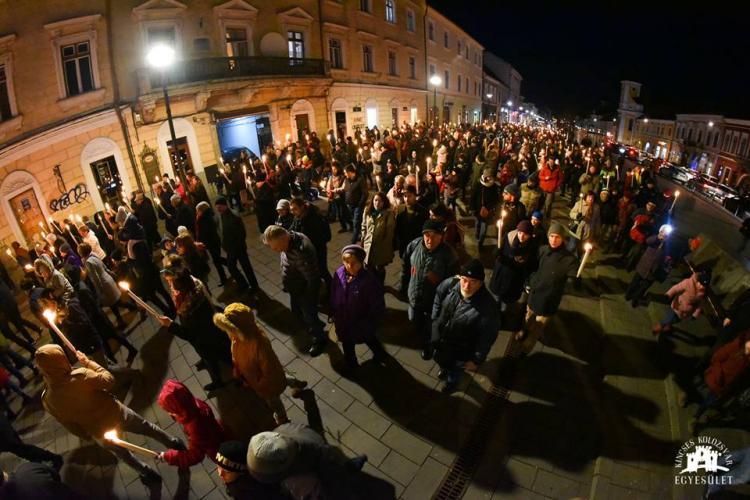 Câteva sute de persoane au participat la parada și marșul de comemorare a lui Matei Corvin, în centrul Clujului FOTO