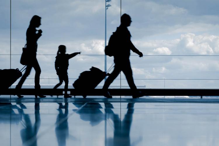 Sociolog: Românii emigrează și caută stima de sine. Când te duci la ghişeu, te apleci. Aia nu e stimă de sine!