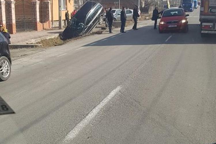 Autoturism înfipt ca o rachetă pe marginea drumului, în Huedin - FOTO
