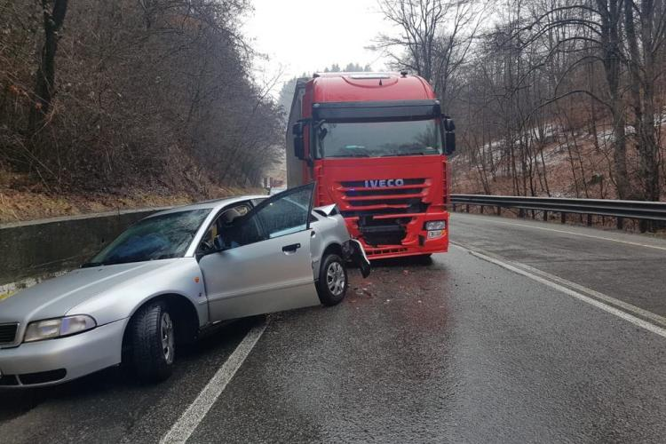 Accident cu o victimă pe un drum din Cluj. Un camion și un autoturism au fost implicate FOTO