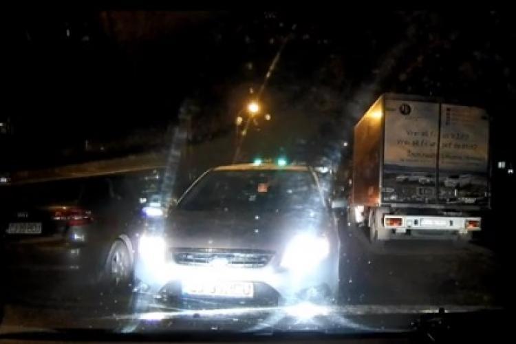 Taximetrist pe INTERZIS, supărat că nu e lăsat să treacă pentru că se grăbea - VIDEO