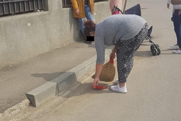 Spărgeau semințe pe un drum și Cluj. Poliția le-a pus fărașul în mână să adune - FOTO
