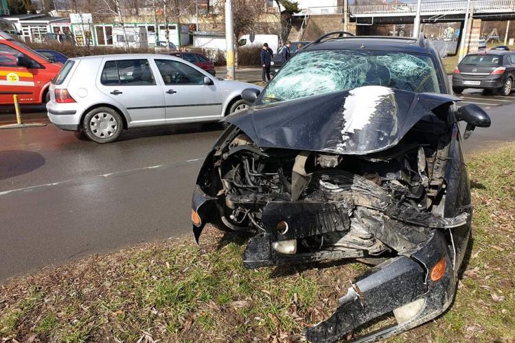 """Accident pe strada Oașului. A mers """"sanie"""" pe linia de tramvai"""