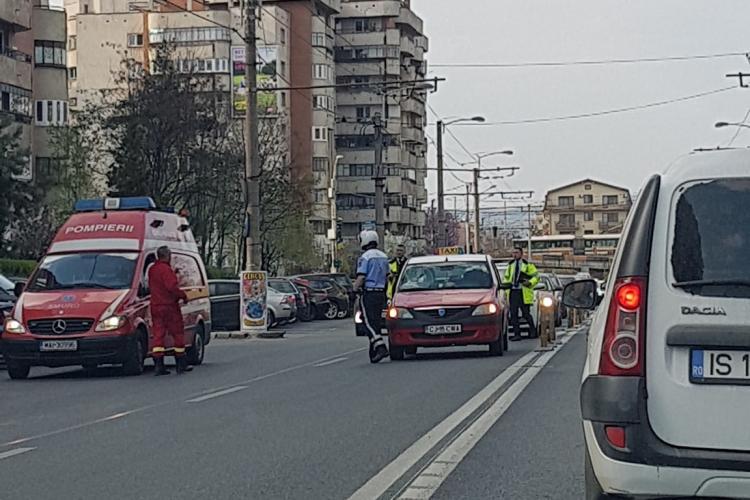Clujean lovit de un taxi în timp ce se plimba cu rolele. A intrat pe stradă FOTO