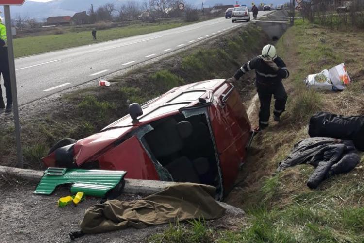 Accident grav pe un drum din Cluj. Un șofer s-a răsturnat cu mașina după ce a adormit la volan FOTO