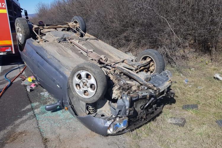 CLUJ: O mămică și copiii săi, răniți în urma unui accident. S-a răsturnat cu mașina FOTO