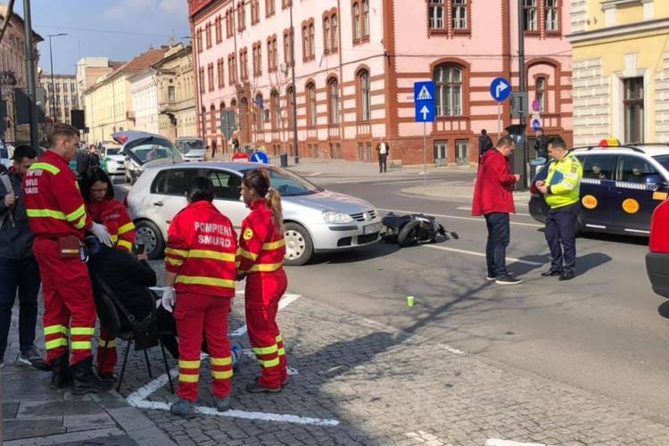Accident pe strada Avram Iancu. Un motociclist a fost lovit de mașină FOTO