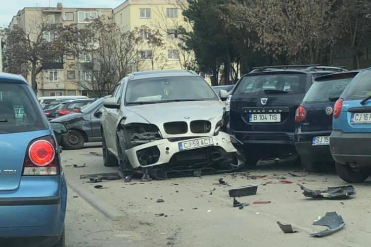 Un BMW a spulberat 6 mașini pe strada Gării - FOTO