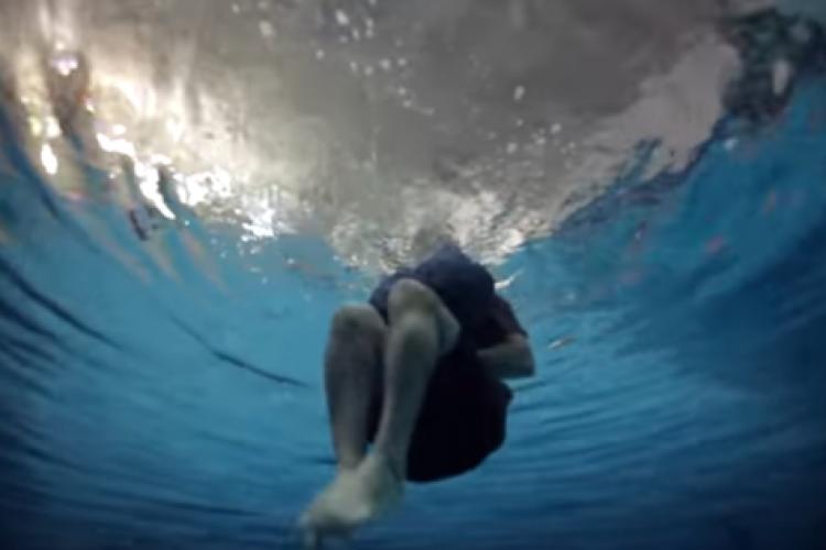 Metoda bizară prin care un turist, fără vestă de salvare, a supraviețuit în mare - VIDEO