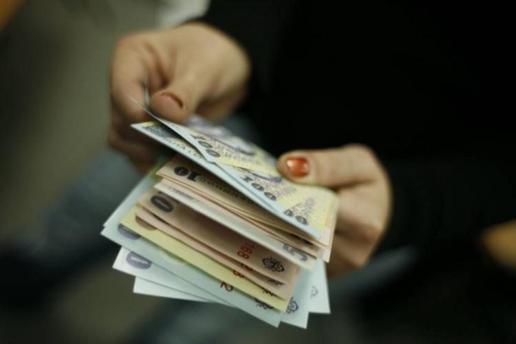 Câștigul salarial mediu a scăzut în prima lună a anului