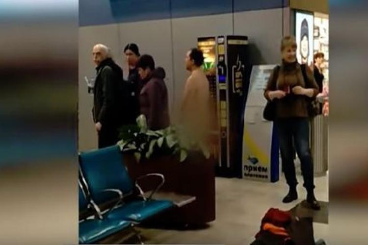 Pasager dezbrăcat în aeroport la coada de îmbarcare în avion - VIDEO