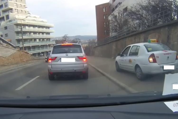 Cum să eviți traficul când esti taximetrist clujean: Mergi direct pe trotuar FOTO